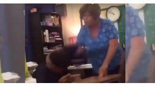 Un video muestra cómo una profesora golpea con crudeza a uno de sus alumnos