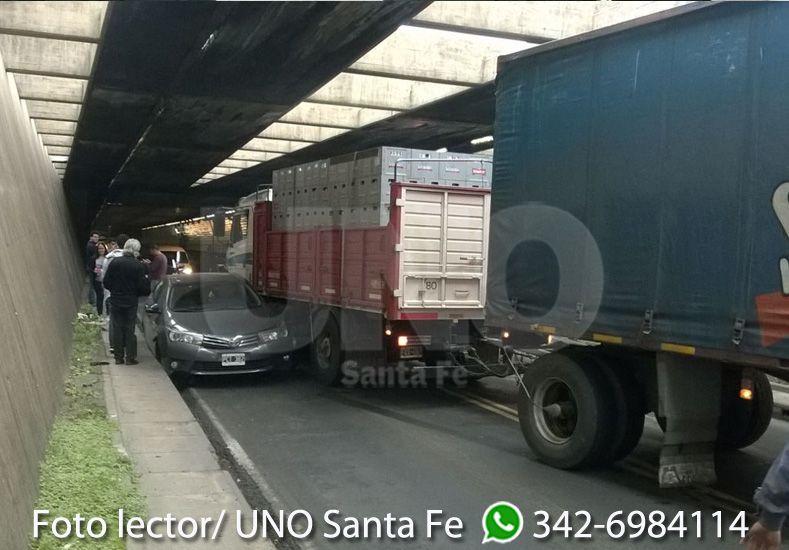 Un camión chocó a un auto en el Túnel Subfluvial y produjo demoras en el tránsito