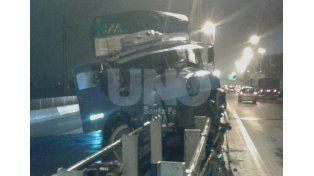 Tras esquivar un carro sin luces, un camión chocó en la Ruta 168