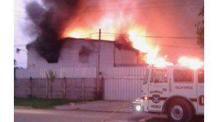 El incendio de grandes proporciones se dio esta tarde en la vecina localidad de Pérez. (Foto Twitter @giselaperalta41)