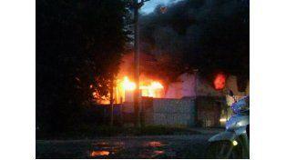 El incendio de grandes proporciones se dio esta tarde en la vecina localidad de Pérez. (Foto Twitter @maurifigarrota)