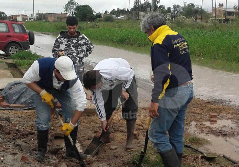 Vecinos del barrio Nueva Santa Fe realizan tareas de zanjeo por su cuenta