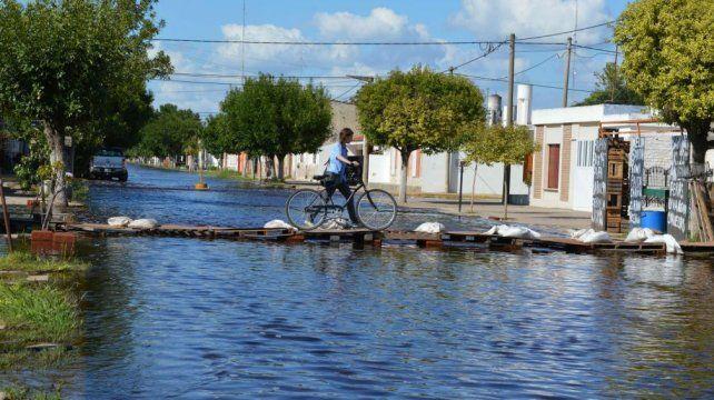 Un intendente dijo que su pueblo se está hundiendo paulatinamente por las inundaciones