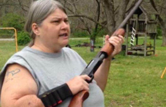 Una madre hizo estallar un iPhone con un escopetazo para que sus hijos le hagan caso