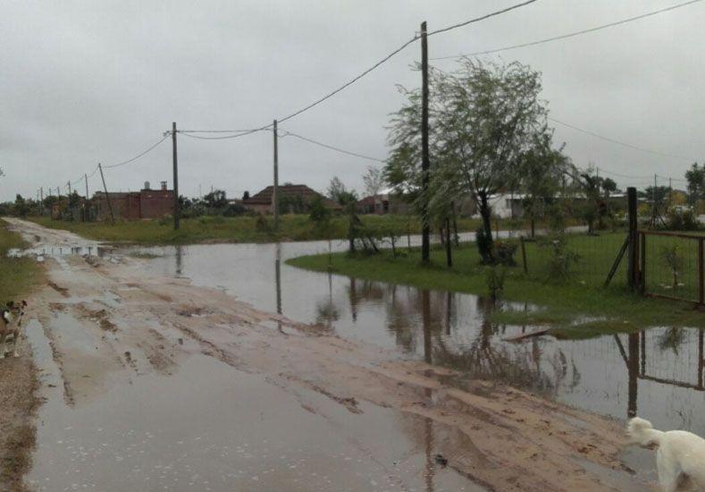 En Arroyo Leyes el agua tapó las veredas.