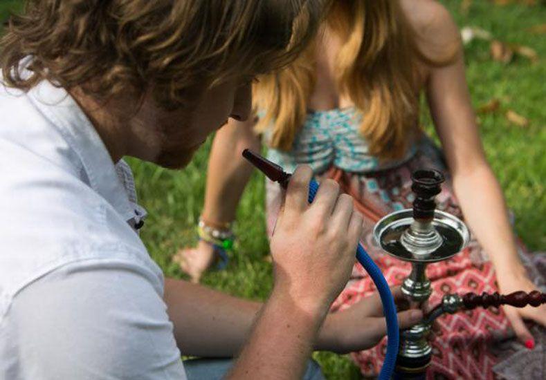 Ameno. Los jóvenes encuentran una excusa más para reunirse y probar los distintos tabacos. Algunos adultos los compran como adorno.