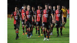Los futbolistas sabaleros se retiran del campo de juego apesadumbrados por el empate ante Patronato.