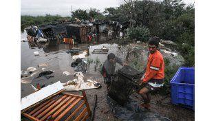 Familias de La vieja Tablada que debieron dejar sus viviendas ante el avance del río./ Manuel Testi.