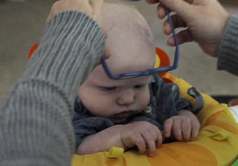 Le ponen anteojos a un bebé y ve la cara de su mamá por primera vez