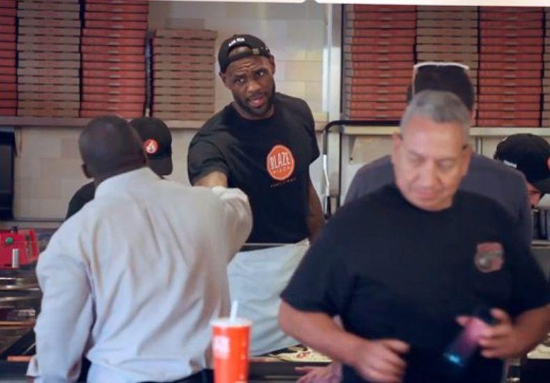 LeBron James se disfrazó de pizzero y sorprendió a los clientes