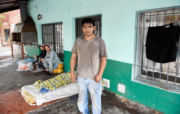 Desamparados. Cristian y su familia bajo las chapas de Santa Fe y Valparaíso.