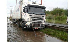Un camión despistó por las lluvias en Circunvalación Oeste y provocó demoras