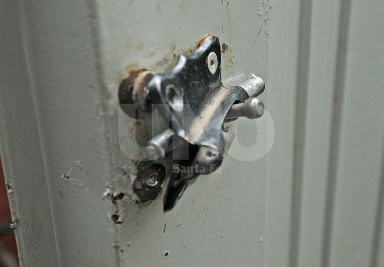 Los ladrones forzaron puertas y ventanas y robaron anoche en la vecinal.
