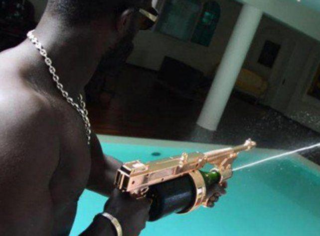 Un arma que dispara vino espumante es furor en Miami