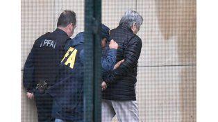 Lázaro Báez entró esposado a los tribunales de Comodoro Py/ Infobae
