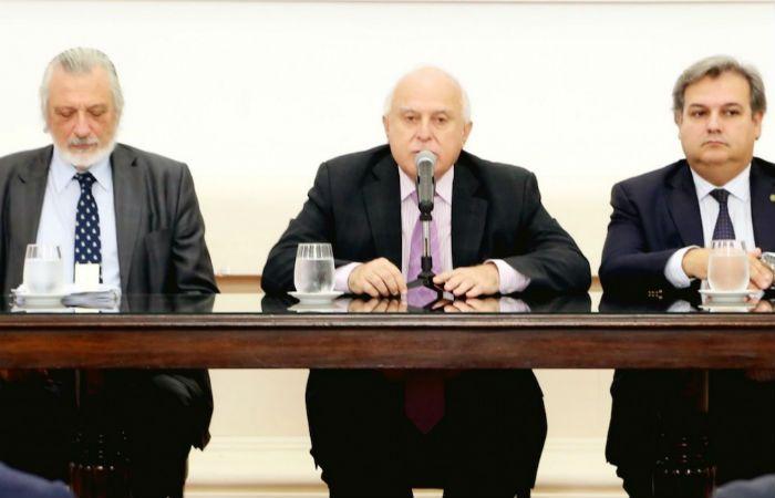 El gobernador junto a los ministros de Justicia y de Gobierno