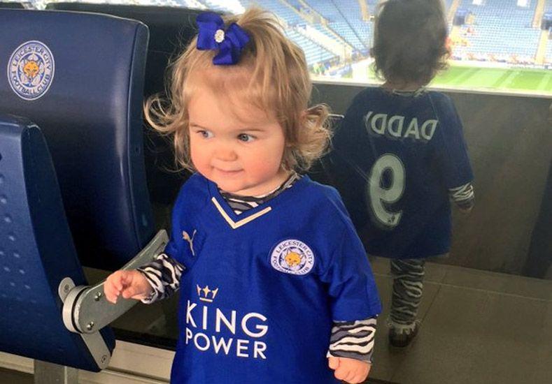 Amenazan con violar a la hija del goleador del líder de la Premier League