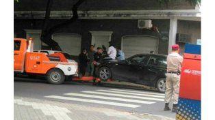 La mujer quiso impedir que se lleven su auto al corralón y se subió al capó. (Foto: @LaMuniRosario)