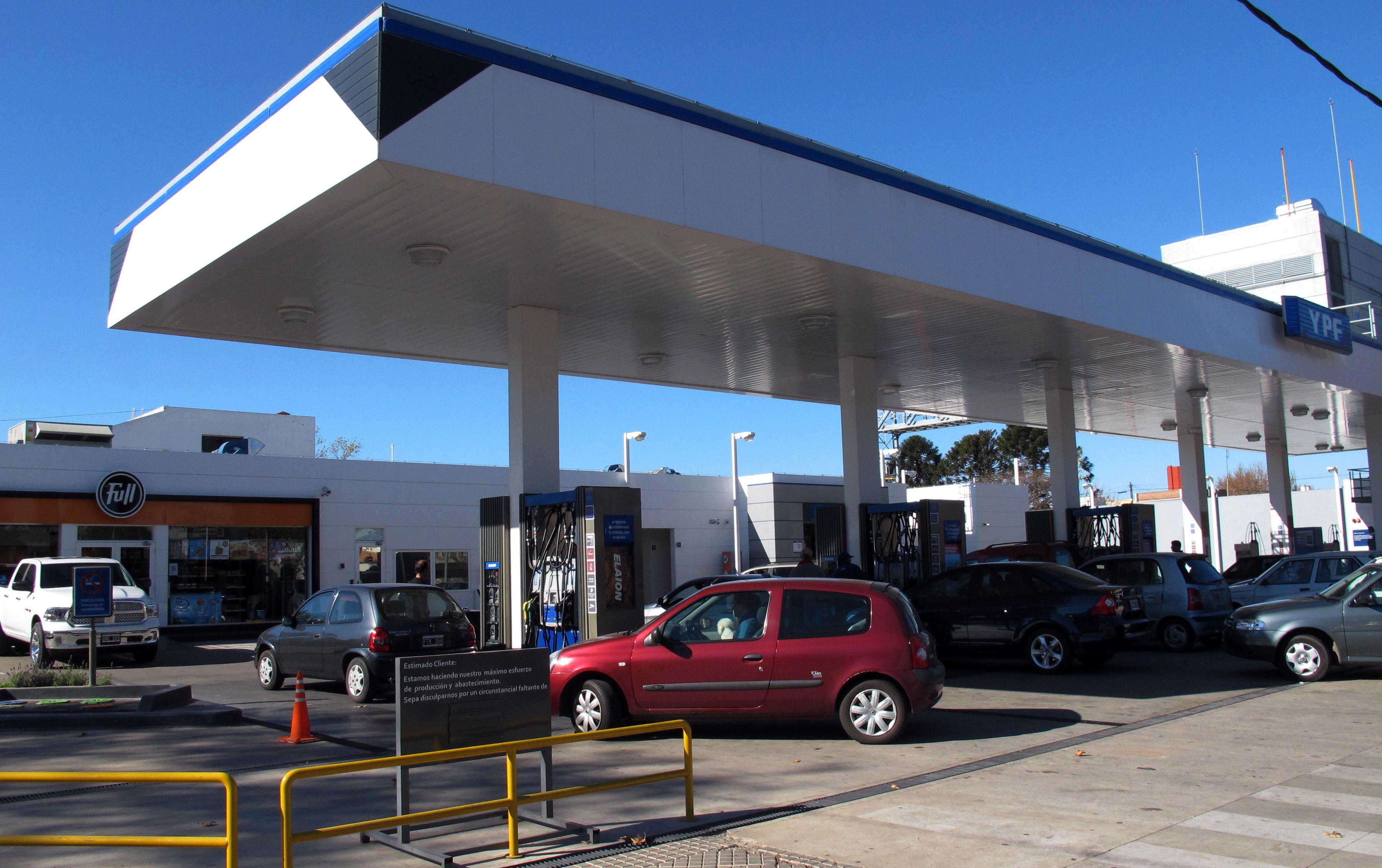 YPF subió el viernes los precios de los combustibles un 6% y acumula así un incremento promedio del 18% sólo en el primer cuatrimestre de 2016. (Alfredo Celoria)