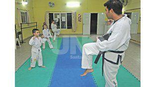 Primeros pasos. Los valores más pequeños pueden disfrutar de las bondades que tiene el taekwondo ITF. Fotos UNO/Manuel Testi