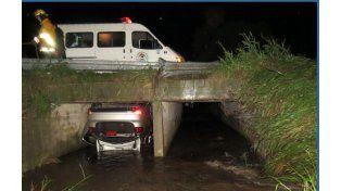El VW Vento cayó en una alcantarilla tras cruzarse de carril sobre la ruta provincial 11.