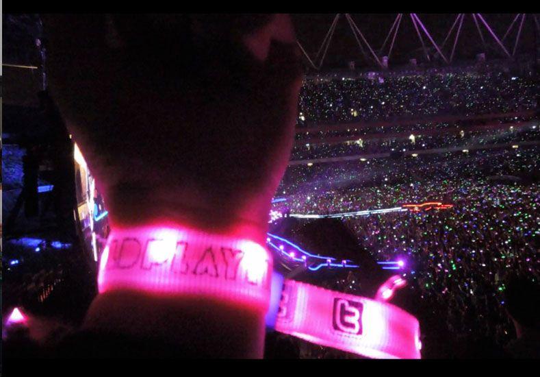 Cómo funcionan las pulseras luminosas del recital de Coldplay