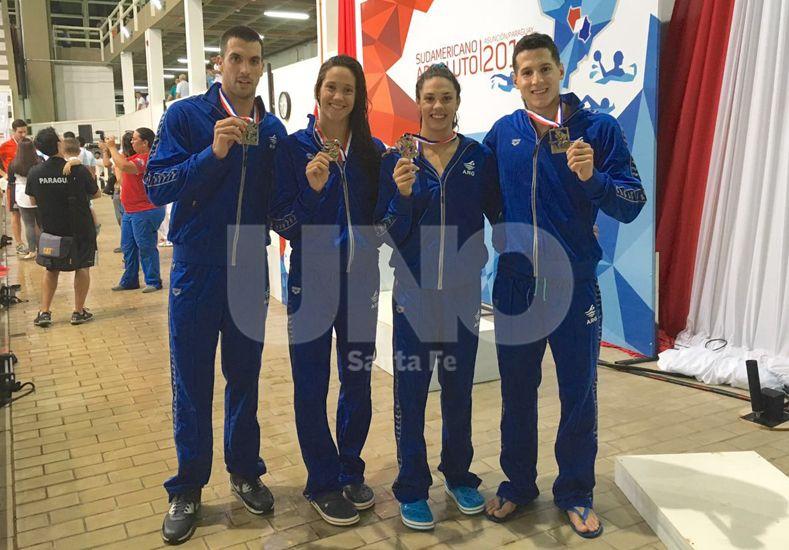 Grassi (derecha) ganó el jueves la medalla de oro en la posta 4x100 mixto junto a Ceballos