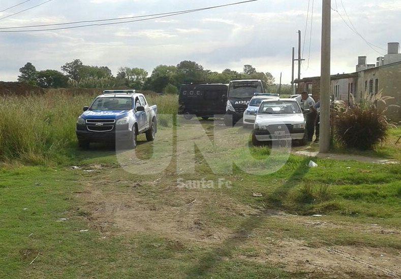 Diario UNO Santa Fe / Lugar del homicidio de Manuel Bourgenaro de 30 años en el barrio Las Delicias
