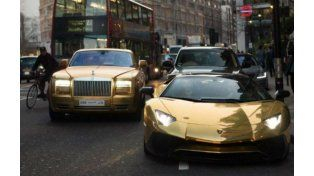 Una osadía en la capital inglesa. El magnate paseó sus autos valuados en millones de dólares.
