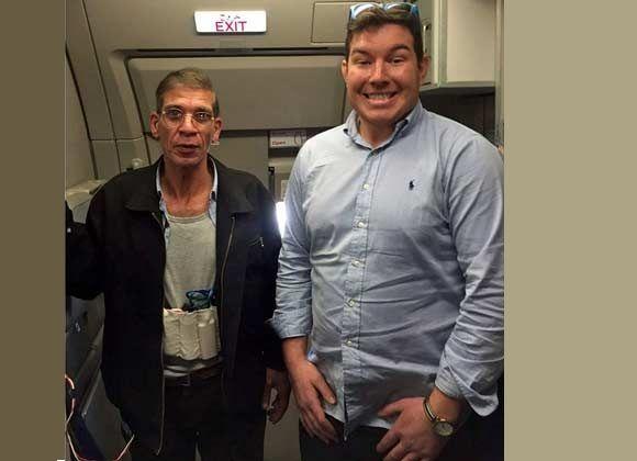 El secuestrador Seif Eldin Mustafa y el pasajero Benn Innes en la foto para el recuerdo.