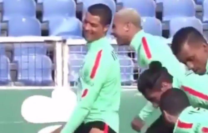 Ronaldo se divierte durante una práctica de la selección de Portugal.