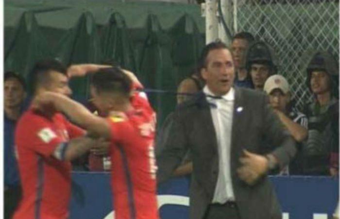 Medel casi ahorca a Pizzi y el DT argentino lo increpó con dureza.