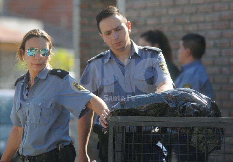 En un canasto. El personal policial constató el lamentable suceso  / Foto: José Busiemi - Uno Santa Fe