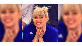 Miley Cyrus lució su gran anillo de compromiso en un partido de la NBA