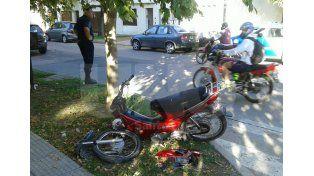 Así quedó la moto tras el choque con un auto.