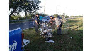 La moto en el que se trasladaba la nena y el auto con el cual protagonizaron el accidente.