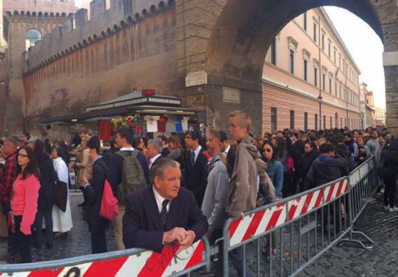 Cientos de personas se aglutinan en las filas para ingresar a los controles antes de ingresar al Vaticano.