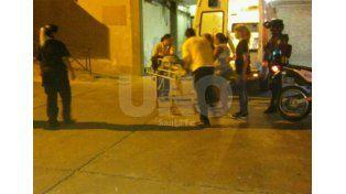 El momento en que arribaba al Hospital Cullen uno d elos heridos de anoche en barrio Cabal.