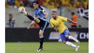 Dueño del área. Cavani domina el balón frente a la presencia de Dani Alves.