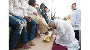 Jueves Santo: el papa Francisco lavó los pies a 12 regufiados