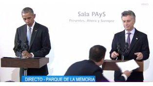 El plano tomaba a Macri preocupado y haciendo señas ya que faltaba el discurso en su atril.