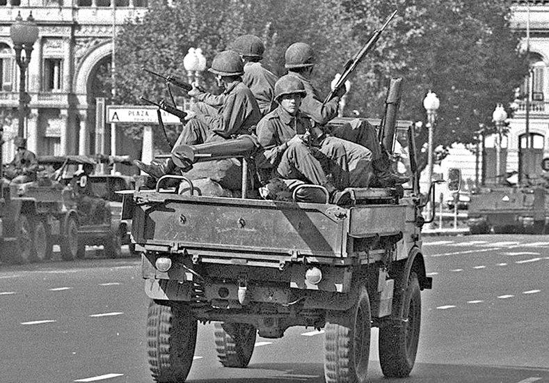 Otro tiempo. Postal de los años oscuros: militares controlan una calle desolada.