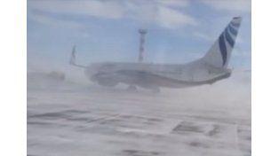 El viento mueve un Boeing en un aeropuerto ruso
