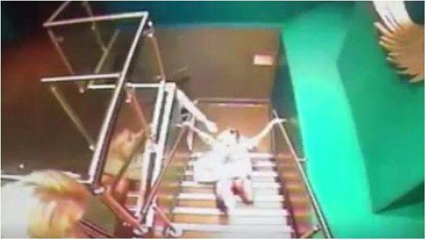 Se emborrachó, se cayó, quedó filmada y se hizo viral