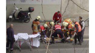 Un grupo de paramédicos atiende a una de las víctimas del atentado.
