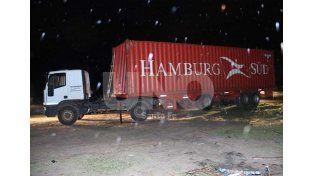 """Bajo la lluvia. El camión fue """"hallado"""" a las 0.40 del 2 de noviembre del 2014 al fondo de la calle 62 de Arroyo Leyes."""