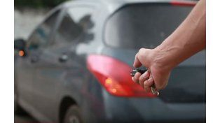 Así operan los delincuentes de autos mediante el uso de inhibidores de alarmas.