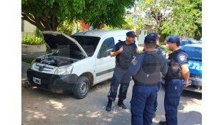 La camioneta usada por los delincuentes y abandonada tras la persecución con la policía con el botín en su interior.