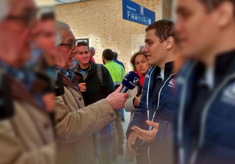 El periodista santafesino durante la entrevista realiza para la televisión Belga./ gentileza Facebook.