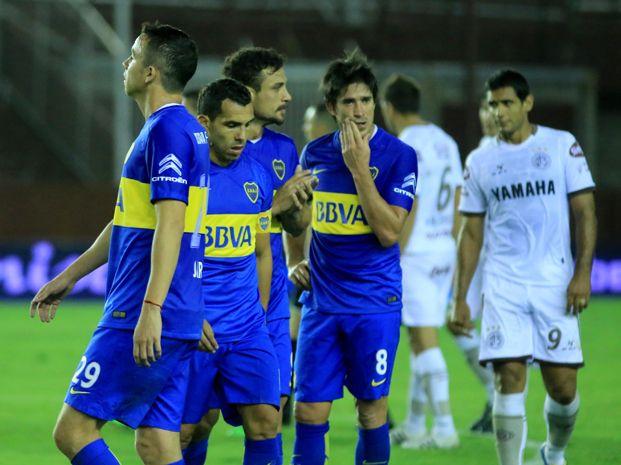 La desazón de los jugadores de Boca luego de la caída frente a Lanús.